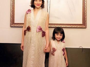 Miya dan Bunda Shelomita bajunya kompakan. Cute abis! (Foto: Instagram/shelomitadiah)