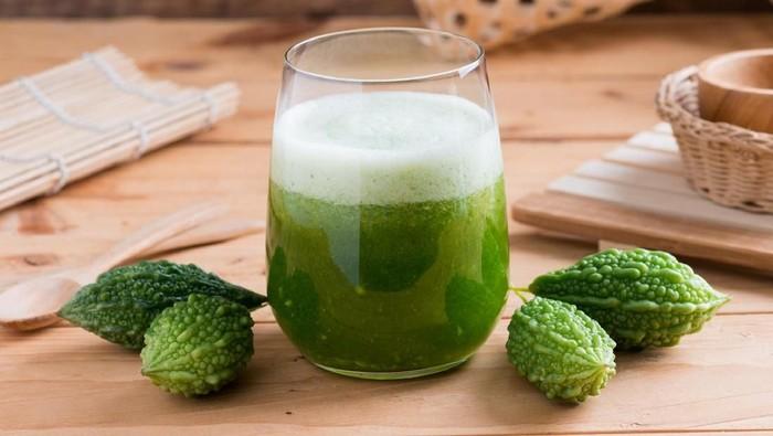 Tak semua orang doyan pare karena rasanya yang pahit. Padahal di balik rasa pahitnya, pare menyimpan banyak nutrisi dan manfaat untuk kesehatan tubuh. Foto: iStock