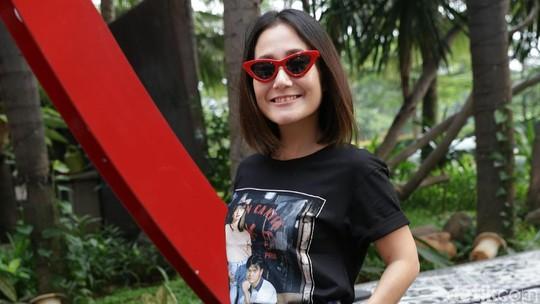 Kece! Kacamata Merah Melissa Karim