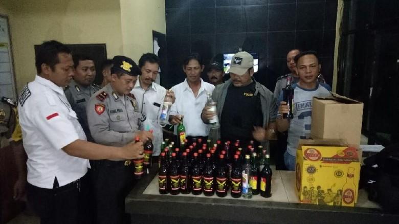 Warung Jamu di Tangerang Dirazia, Ratusan Botol Miras Disita