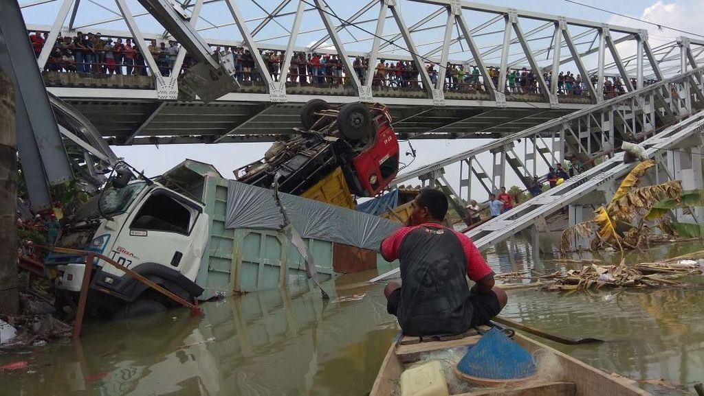 Jembatan Ambrol, 3 Truk dan 1 Motor Terjun ke Sungai
