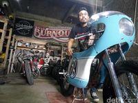 Pemilik RRRG, Eko Sutanto memperlihatkan motor Gibran yang sudah dimodifikasi