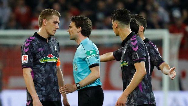 Wasit Guido Winkmann memberikan penalti saat para pemain sudah menuju ruang ganti.