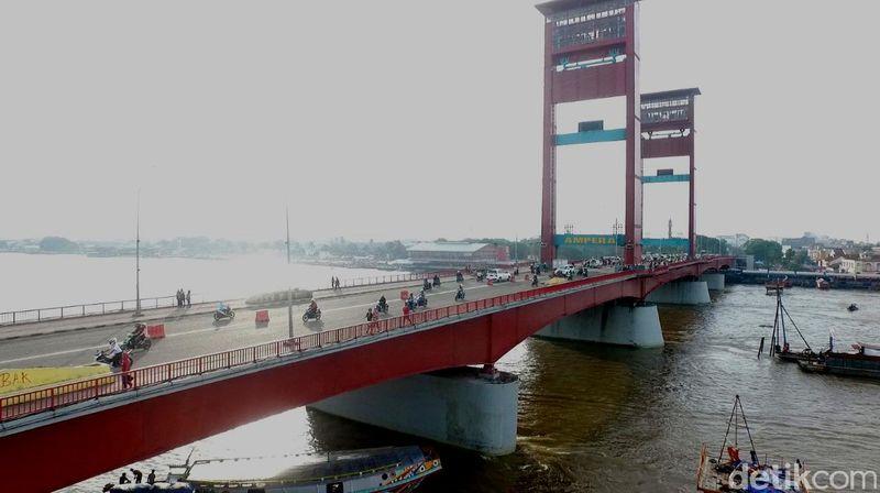Jembatan Ampera yang menghubungkan Seberang Ulu dan Seberang Ilir, Kota Palembang sangat padat dilintasi kendaraan tak kenal siang atau malam (Okta Marfianto/detikTravel)