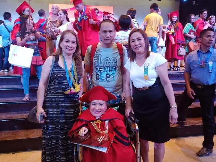 Blissie dan keluargaya. (Foto: Facebook/Blissie Cervantes)