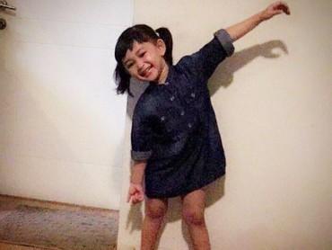 Gaya Miya yang happy banget bikin kita ikut happy deh. (Foto: Instagram/shelomitadiah)