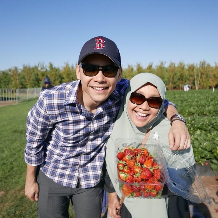 Liburan ke Melbourne, Ben mengajak sang ibu memetik strawberry segar di kebun. Duh, senyum bahagia ibu dan anak ini kompak banget ya! Foto: Instagram benkasyafani