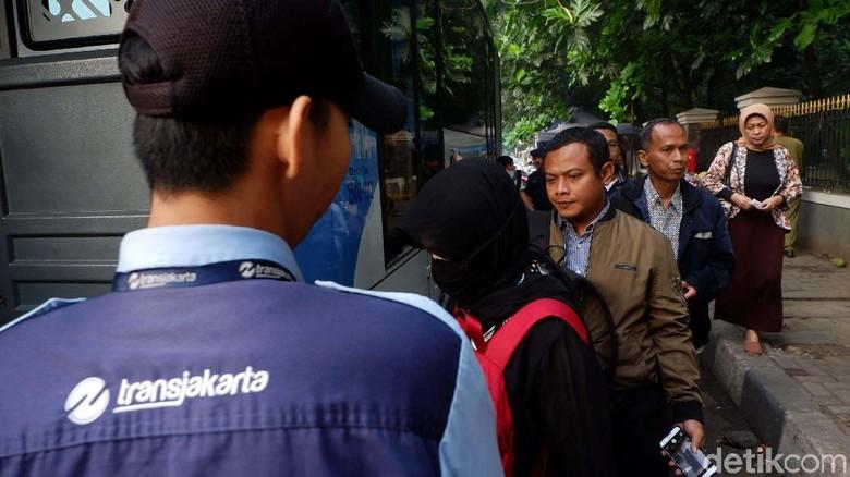 Ganjil Genap Berlaku, Warga Pindah ke TransJakarta