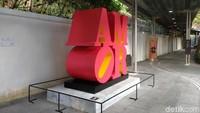 Patung Robert Indriana yang khas dengan ikonik LOVE menghiasi Asia Society Hong Kong Center. Foto: Tia Agnes/ detikHOT