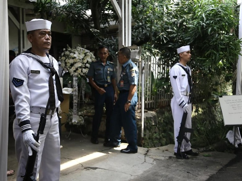 Penjaga Bersenjata di Rumah Duka Amoroso Katamsi