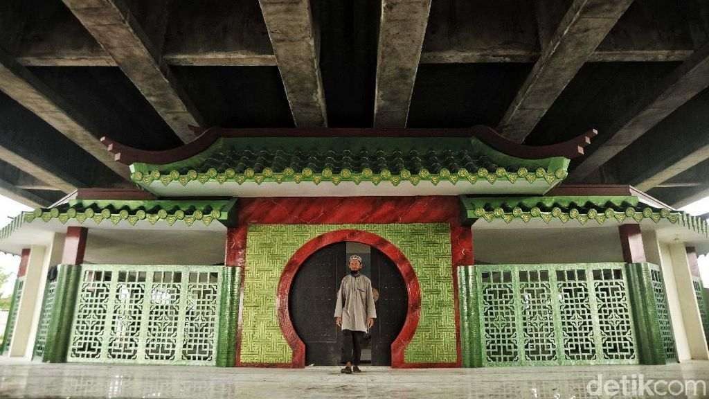 Musala Keren Bergaya Tiongkok di Kolong Tol