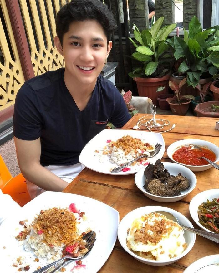 Si ganteng Teuku Rassya saat pulang kampung langsung mampir ke rumah makan untuk mencicip nasi gurih. Wah, kalau ke Aceh memang nggak boleh melewatkan ini! Foto: Istimewa