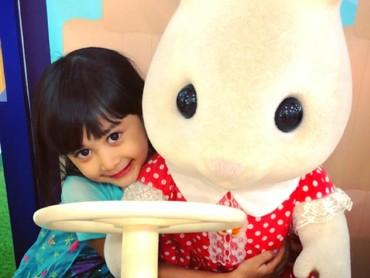 Miya dan bonekanya sama-sama imut ya. Hi-hi-hi. (Foto: Instagram/shelomitadiah)