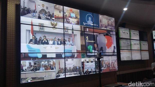 Video conference terkait coklit pemilih luar negeri di gedung KPU, Jakarta, Selasa (17/4/2018)