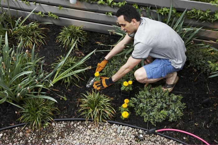 Hati-hati saat berkebun, dalam tanah kemungkinan terdapat dioksin, salah satu zat karsinogen yang terbentuk sebagai produk kimia. Maka sebaiknya saat berkebun gunakan sarung tangan untuk menghindari zat berbahaya. Dan hal yang harus dihindari juga ialah pembakaran sampah karena asap yang dihasilkan juga mengandung karsinogenik. (Foto: Thinkstock)