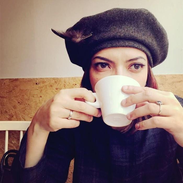 Eits, presenter kondang ini yang disapa Nana ini bukan sedang menyesap secangkir kopi hangat, tapi secangkir teh! Duh, matanya indah banget, ya. Bikin gagal fokus aja deh. Foto: Instagram @najwashihab