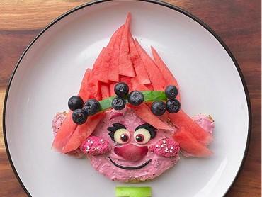 Roti dan buah-buahan bisa disulap Bunda Laleh jadi si gadis cilik Poppy di film Troll. (Foto: Instagram/ @jacobs_food_diaries)