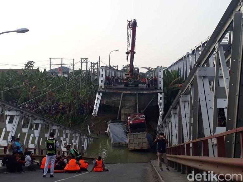 Jembatan Babat Ambrol, Crane Evakuasi 3 Truk dari Bengawan Solo