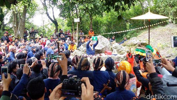 Prosesi labuhan ageng di Merapi