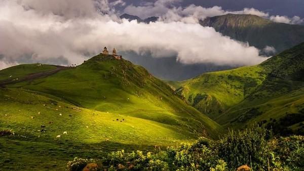 Traveler yang ingin ke sini pun diwajibkan untuk membawa pemandu. Karena gereja ini masuk ke dalam puncak tertinggi ketujuh di Kaukasus (nay_ontheroad/Instagram)