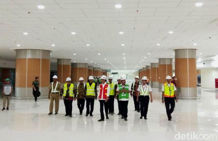 Presiden Jokowi didampingi Menteri Perhubungan Budi Karya Sumadi meninjau Bandara Internasional Jawa Barat (BIJB) Kertajati.