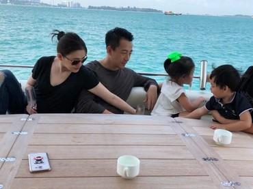 Barbie Hsu kini sedang menikmati hari-harinya menjadi ibu dua anak. Tuh lihat, Bun, Barbie dan keluarganya kayaknya happy banget ya liburan bareng. (Foto: Weibo)
