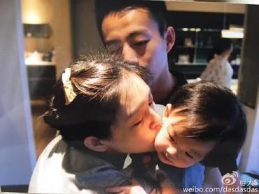 Cup! Ciuman sayang untuk si buah hati. (Foto: Weibo)