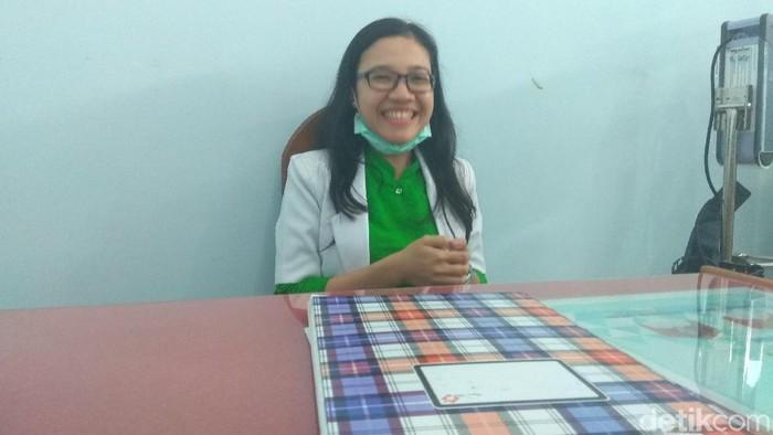 dr Flo memilih pulang kampung untuk mengabdikan diri sebagai dokter (Foto: Aisyah/detikHealth)
