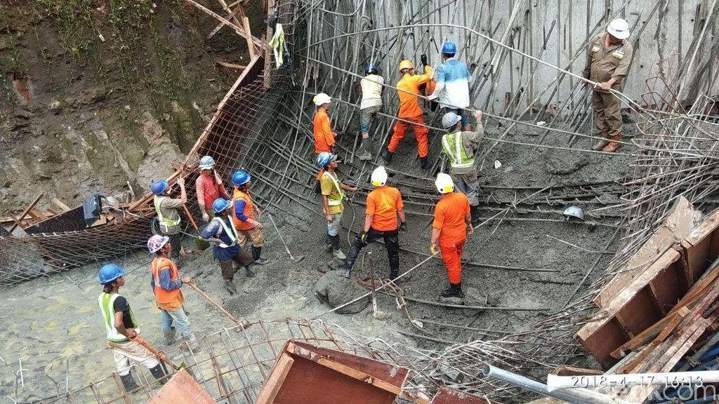 Polisi Autopsi 2 Korban Proyek Tol Manado