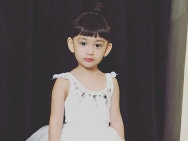 Miya makin menggemaskan dengan rok tutu. (Foto: Instagram/shelomitadiah)