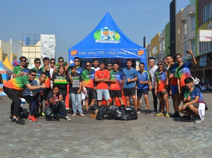 Olahraga lari sambil pungut sampah menyehatkan tubuh dan membuat lingkungan bersih. (Foto: dok. pribadi)