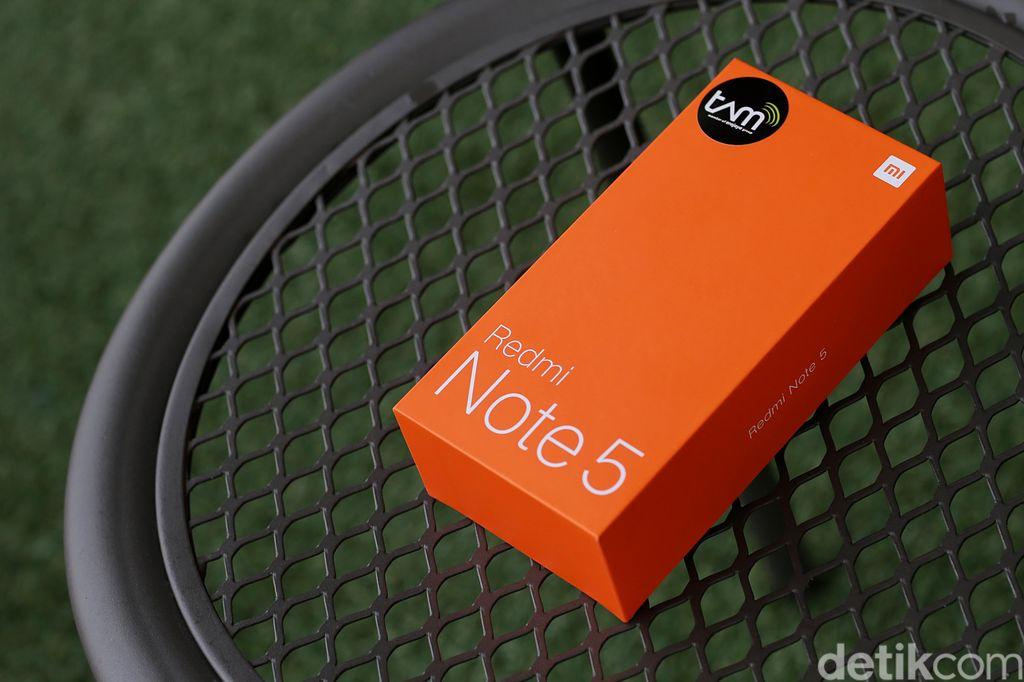 Kemasan Redmi Note 5 berwarna orange, sama seperti kebanyakan boks ponsel Xiaomi lainnya. Ponsel ini nama lengkapnya adalah Redmi Note 5 AI Dual Camera. Foto: Muhammad Ridho