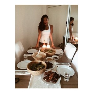 Cantiknya Diva Pop Agnes Mo Saat Ngopi dan Bikin Pancake