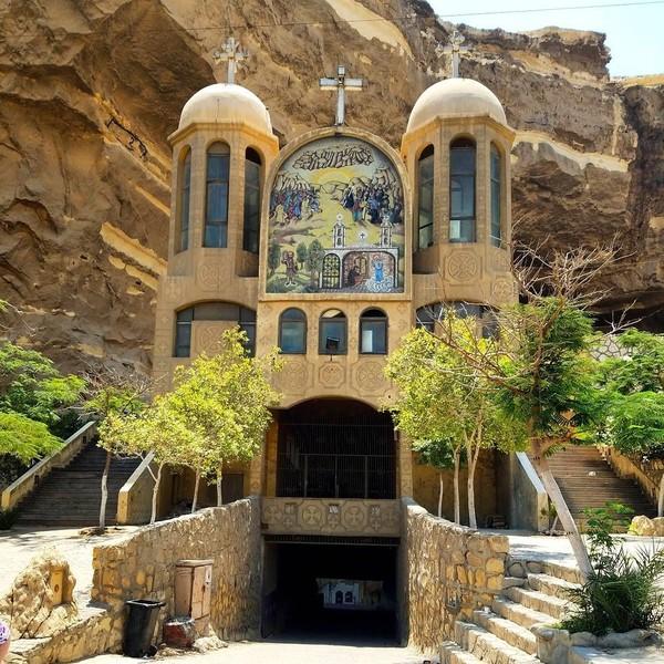 Bangunan fasad gereja tetap didirikan di mulut gua sebagai bangunan permanen. Masuk ke dalam pintunya, barulah wisatawan bisa melihat gereja di dalam gua. (greatdanesandbullyprinces/Instagram)