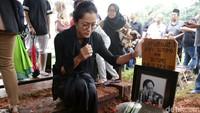 Aktor senior Deddy Sutomo berpulang. Jenazahnya dimakamkan di Tanah Kusir, Rabu (18/4). (Palevi S/detikHOT)