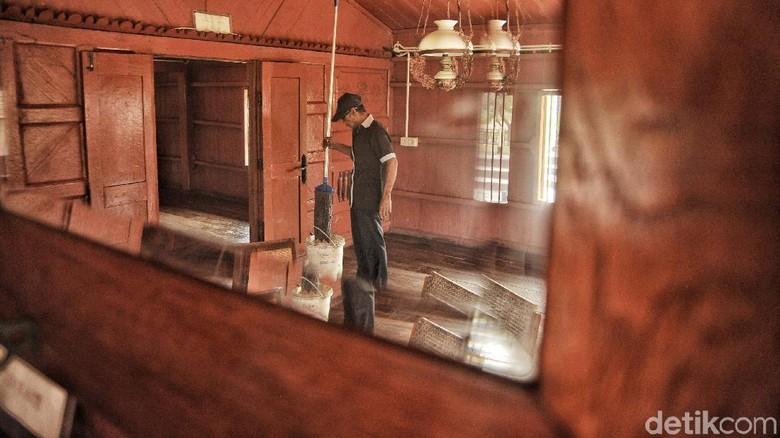 Rumah Si Pitung di Marunda, Jakarta Utara, terus dilestarikan hingga kini. Salah satunya dengan melakukan perawatan. Yuk, intip foto-fotonya.