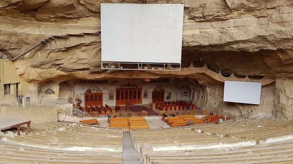 Pada tahun 1976 terjadi kebakaran di daerah Manshiyat Nasir. Dari situ, mulailah masyarakat membangun gereja di gua di dalam Gunung Mokattam agar lebih aman. Gereja Gua atau Cave Church, begitulah orang-orang menyebutnya. (indraleo91/Instagram)