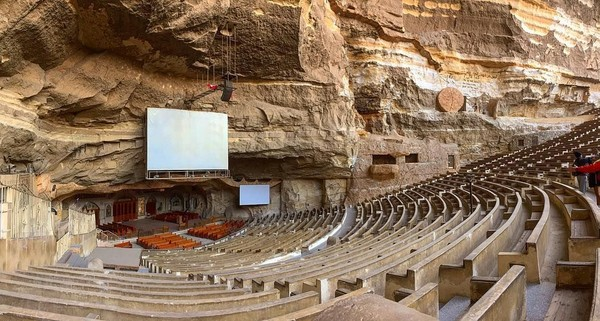 Di beberapa tempat di dunia, gua dijadikan tempat ibadah. Di Kairo, Mesir, ada sebuah gua yang menjadi objek wisata religi Kristiani yang bernama Monastery of Saint Simon atau lebih dikenal dengan nama Cave Church. (angelus_sonya/Instagram)