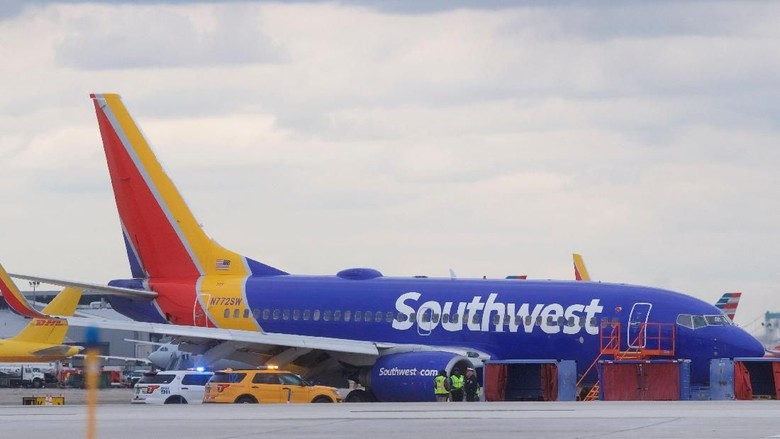 U.S. NTSB investigators are on scene examining damage to the engine of the Southwest Airlines plane in this image released from Philadelphia, Pennsylvania, U.S., April 17, 2018.    NTSB/Handout via REUTERS  ATTENTION EDITORS - THIS IMAGE HAS BEEN SUPPLIED BY A THIRD PARTY.     TPX IMAGES OF THE DAY