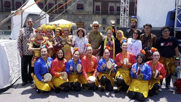 Duta Besar RI untuk Meksiko, Yusra Khan (bertopi tengah) bersama Kelompok Pakoeningrat binaan KBRI Mexico City seusai pertunjukan di Panggung Utama Feria Internacional de las Culturas Amigas (FICA) 2018.