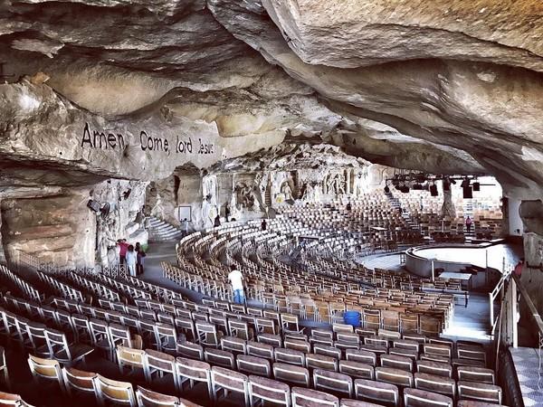 Ada area di dalam gua seluas 1.000 meter persegi yang pelan-pelan dibangun menjadi beberapa gereja. Bangunan gereja yang paling besar adalah Monastery of Saint Simon. Gereja ini memiliki kapasitas tempat duduk untuk 20.000 jemaat. (patrikfallsten/Instagram)