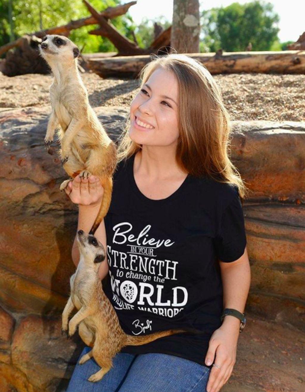 Bindi Sue Irwin yang lahir pada tahun 1998 adalah putri dari Steve Irwin, pecinta satwa terkenal asal Australia. Bindi yang sejak kecil akrab dengan binatang pun mengikuti jejak ayahnya. Foto: Instagram