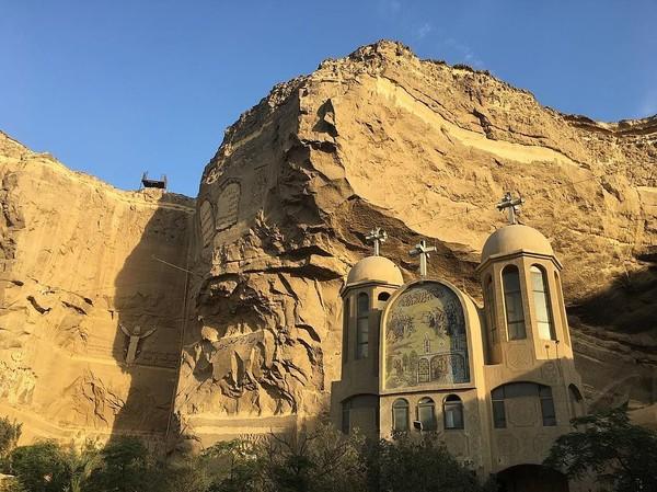 Namun Zabbaleen punya pesona lain, karena Gunung Mokattam punya gua alami. Terlebih lagi, 90 persen warga Zabbaleen adalah umat Kristen Koptik. Mereka pun membangun gereja di sana. (mindanov/Instagrgam)