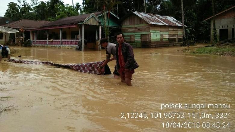 Foto: Banjir Bandang Genangi 2 Kecamatan di Jambi