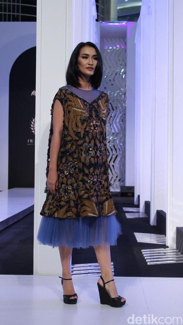 Atiqah Hasiholan berbalut gaun batik Mel Ahyar x Iwan Tirta Private Collection.