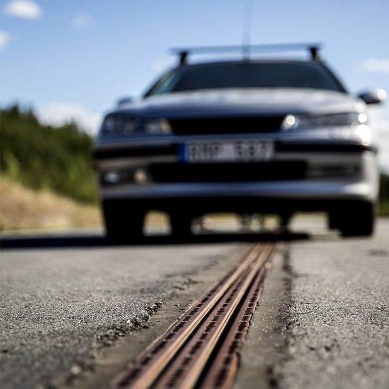 Di jalan ada semacam rel yang bisa mengisi baterai mobil listrik (Foto: eRoadArlanda)