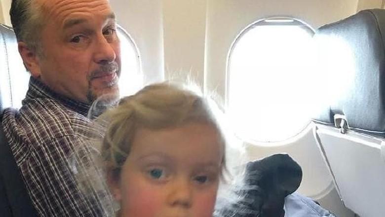 Todd Walker yang Bantu Ibu 2 Anak di Pesawat (Jessica Rudeen/Facebook)