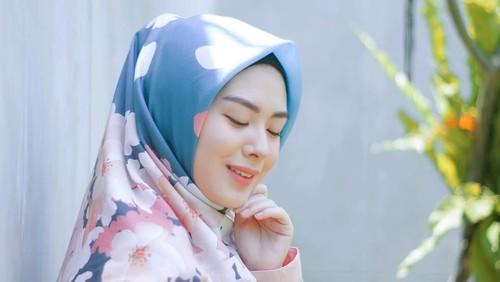 Ayana Moon mengenakan hijab organik asal Indonesia. Foto: Instagram/zayanahijab