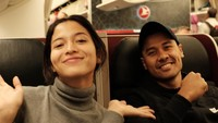 Putri Marino dan Chicco Jerikho tengah bertolak ke Inggris. Keduanya mengabadikan momen saat berada di perjalanan di atas pesawat. (Instagram Chicco Jerikho)