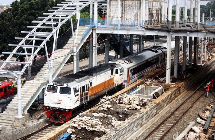 Kereta melintas di Stasiun Buaran yang sedang dibangun.